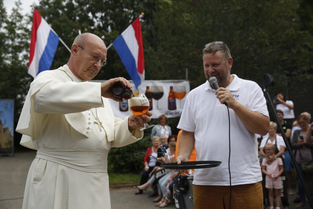 Het glas is vol voor Abt Dennis Hendrickx